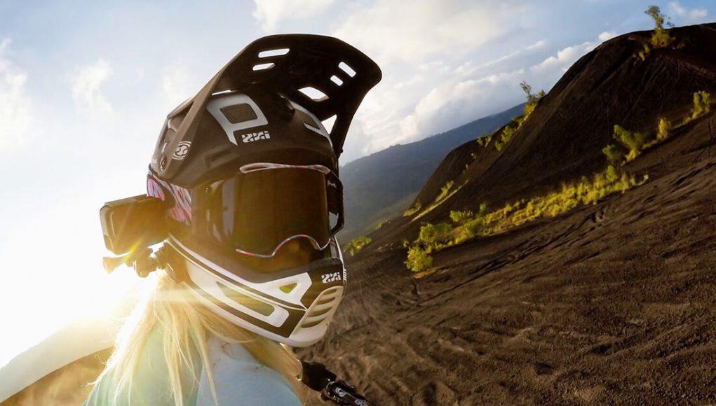 Cómo instalar micrófono y cámara deportiva en casco de moto